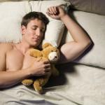 Gesunder Schlaf - Mann mit Teddy