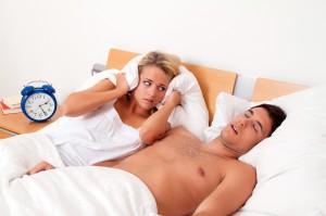Schnarchen beim Schlafen ist laut und unangenehm